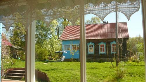 Dorfhaus mit den typischen, geschnitzten Fensterumrahmungen