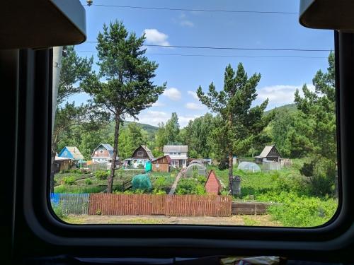 Datschas vor dem Zugfenster